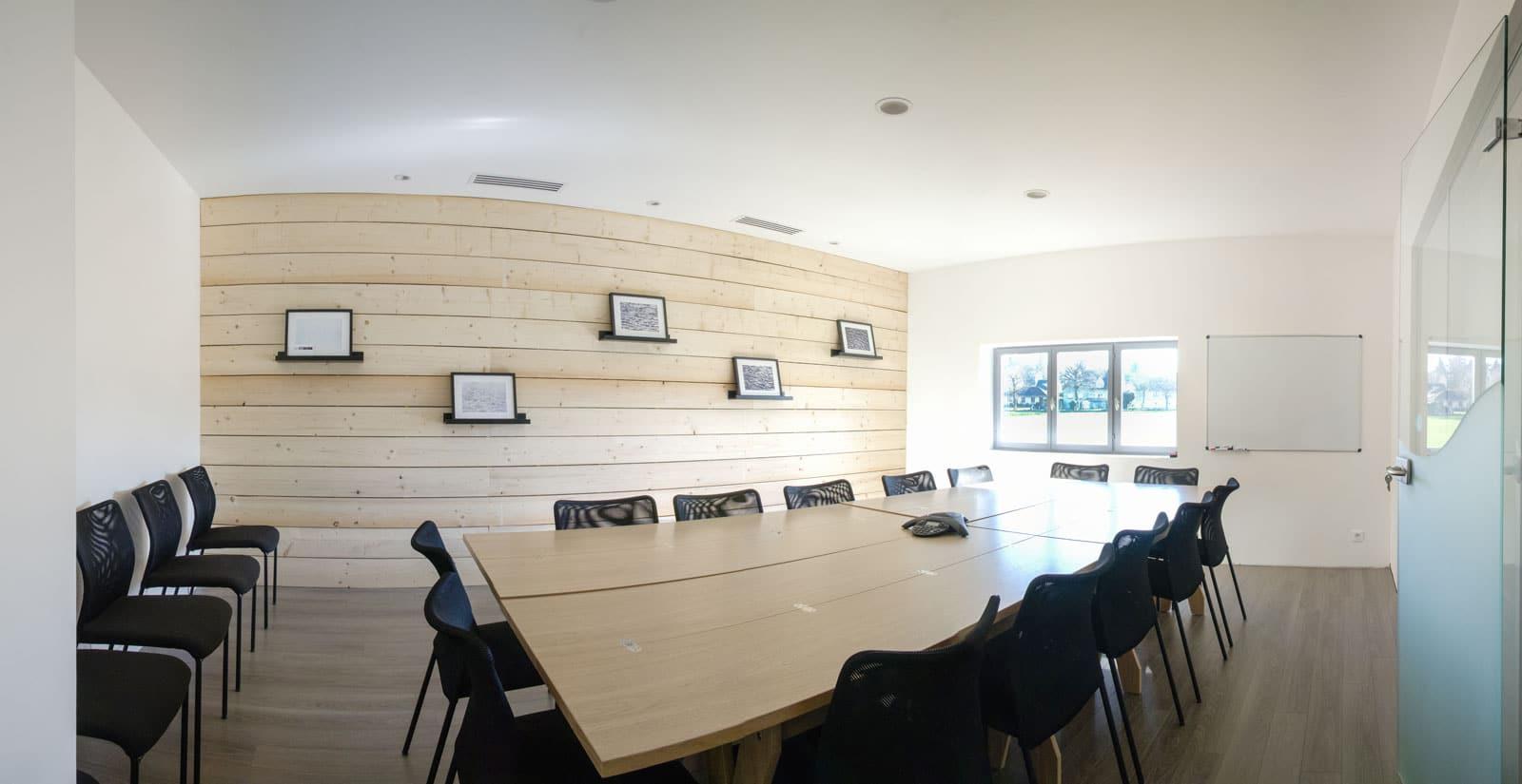 Une salle de réunion bien équipée