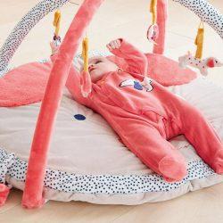 Quand mettre bébé sur tapis d'éveil ?